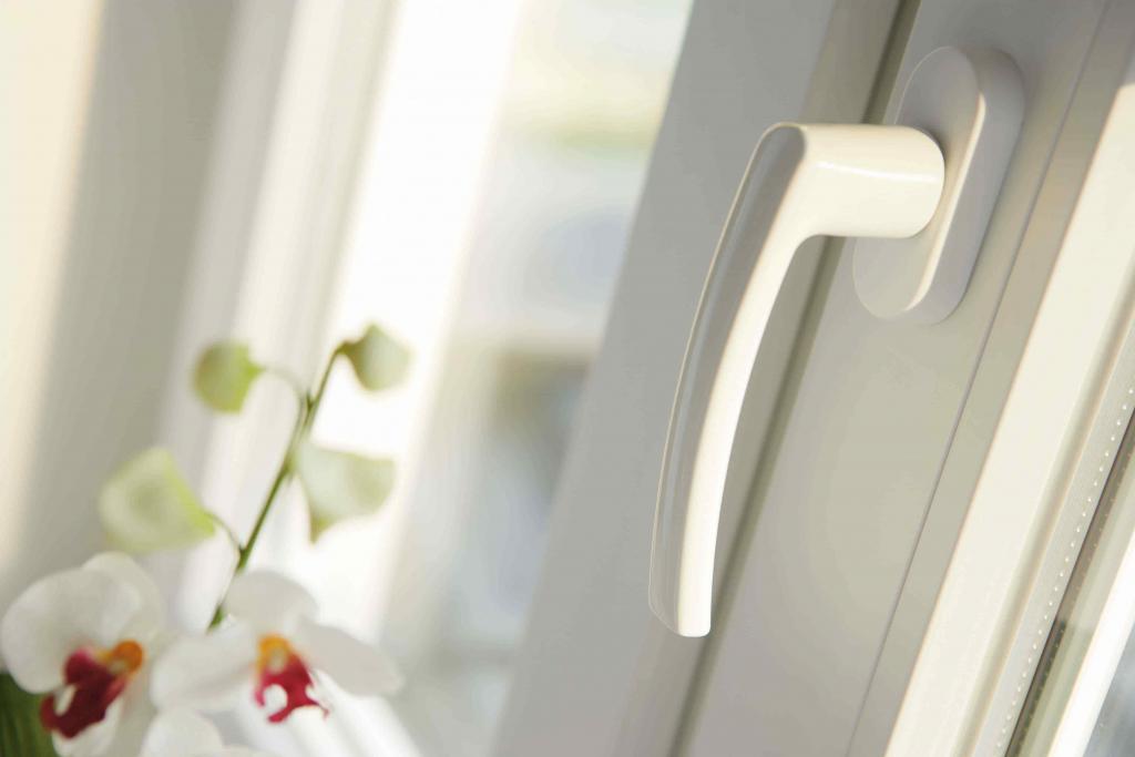 Griff eines weißen Kunststofffensters