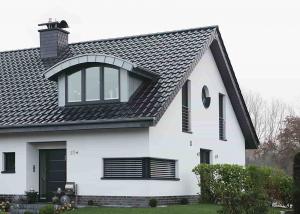Wohnhaus mit Kunststofffenstern im Dach