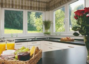 Kunststofffenster in einer Kücheneckzeile