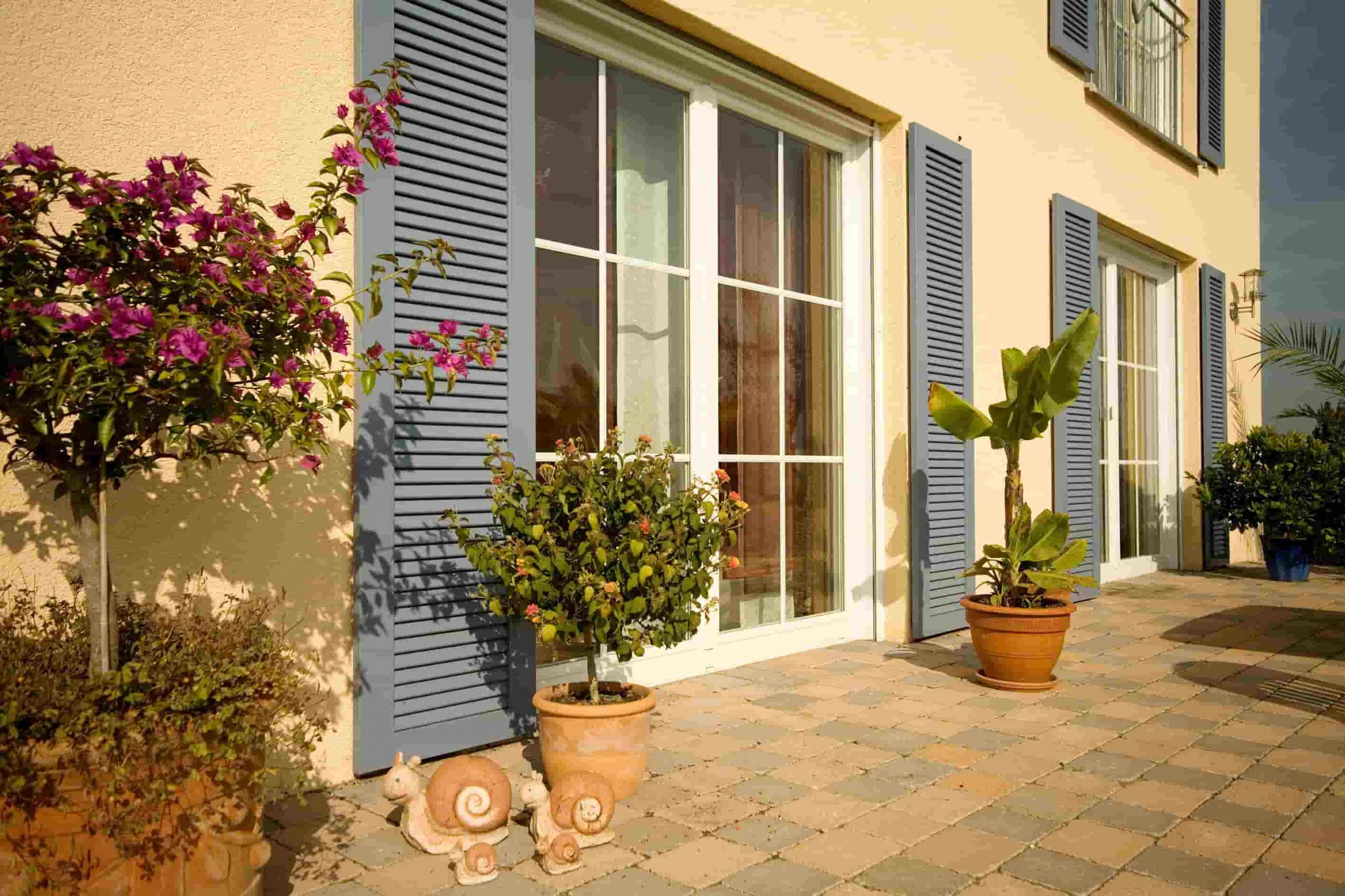 Außenbereich mit Terrasse und Kunststofftür