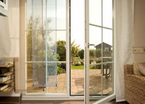 Kunststofffenster mit geöffneter Terrassentür