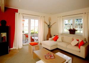 Kunststofffenster und Terrassenausgang in einem Wohnzimmer
