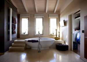 Badezimmer mit drei Holz Alu Fenstern
