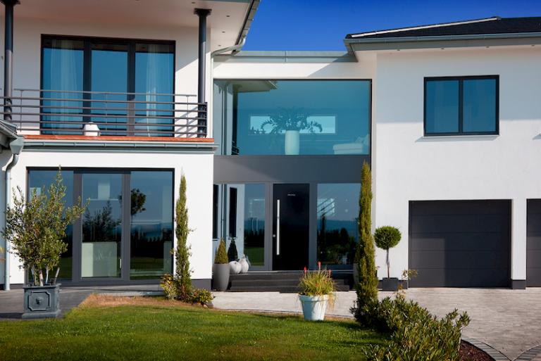 Holz Alu Fenster zieren frontale Hausfassade
