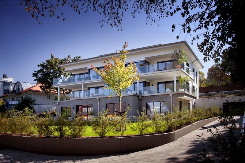 Schrägansicht eines Gebäudekomplexes mit Holz Alu Fenstern