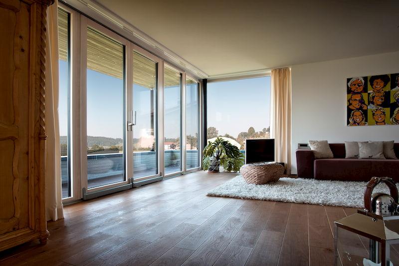 Große Schiebefenster aus Aluminium und Kunststoff ermöglichen traumhaften Ausblick
