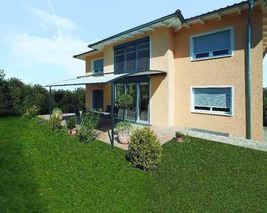 Pergola Markise über Terrasse mit gepflegtem Gartenbereich